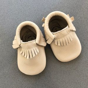 Freshly Picked Moccasins Size 1 Light Grey/Taupe